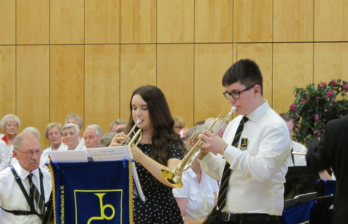 17-jährige Carmen Schott und der 15-jährige Dominik Guggemos beim Trompetensolo